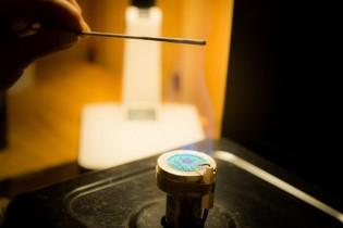バーナーを使いガラスを溶かします